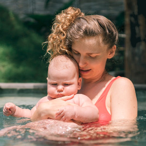 bebé eb el agua